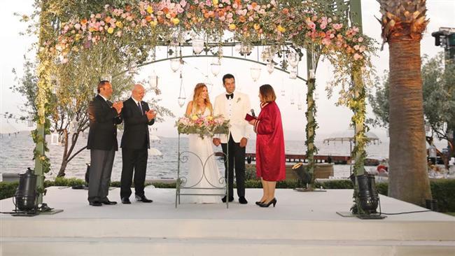 Nikâh plajda  Ortunç Otel'in plajına nikah töreni için özel bir platform kuruldu. Platform somon çiçeklerle süslendi. Kobal nikâh anında duvağıyla yüzünü kapattı ve imzalar atıldıktan sonra duvağını açtı.  Kenan İmirzalıoğlu'nun şahitliğini Ahmet Sınav, Sinem Kobal'ın şahitliğini ise vefat eden teyzesi Gülay Dereci'nin eşi Erdal Dereci yaptı.