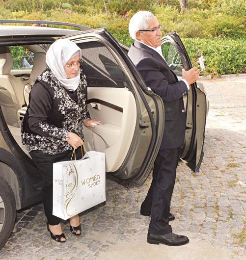 Kenan İmirzalıoğlu'nun babası ve annesi Mustafa-Yıldız İmirzalıoğlu düğün alanına birlikte geldi.