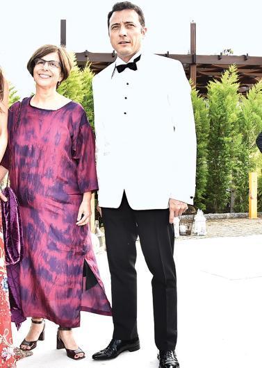 """Ezel ekibi oradaydı  Kenan İmirzalıoğlu'nun yayınlandığı dönemde fenomen haline gelen """"Ezel"""" dizisindeki rol arkadaşları ünlü oyuncuyu bu mutlu gününde yalnız bırakmadı. Cansu Dere, Sarp Akkaya, Yiğit Özşener ve Barış Falay da düğünün konukları arasındaydı."""