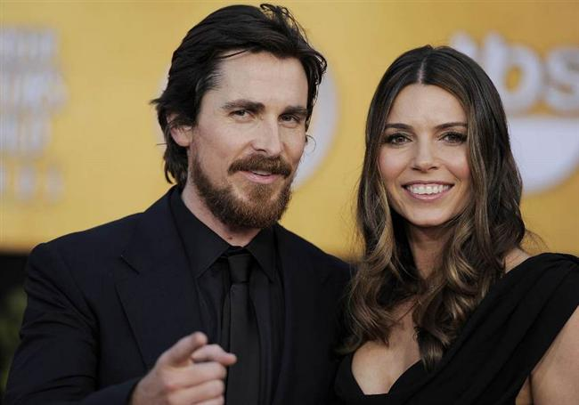 """CHRISTIAN BALE (SIBI BLAZIC)  Christian Bale, Winona Ryder'ın asistanlarından Sibi Blazic ile 2000 yılında evlendi ve çift 2 çocuk sahibi.   <a href=  http://mahmure.hurriyet.com.tr/foto/magazin/gercege-donen-set-asklari_42677 style=""""color:red; font:bold 11pt arial; text-decoration:none;""""  target=""""_blank"""">  Gerçeğe Dönen Set Aşkları"""
