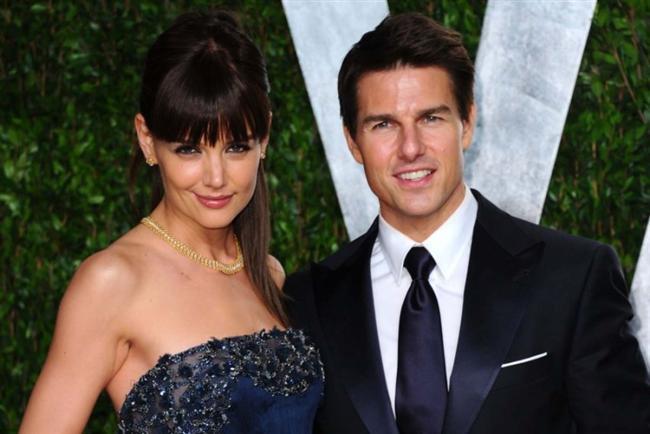"""TOM CRUISE (KATIE HOLMES)  Katie Holmes, daha ekranda üne kavuşmadan çok zaman önce Tom Cruise'un bir hayranıydı. Ve daha o zamandan aktör ile evlenmeyi kafasına koymuştu. Fakat ne yazık ki bu evlilik çok uzun yıllar sürmedi. 6 yıl evli kalan çift Cruise'un 50. doğum gününden hemen önce boşandı.  <a href=  http://mahmure.hurriyet.com.tr/foto/magazin/unlulerin-bilinmeyen-aliskanliklari_41713 style=""""color:red; font:bold 11pt arial; text-decoration:none;""""  target=""""_blank"""">  Ünlülerin Hiç Bilinmeyen Alışkanlıkları"""