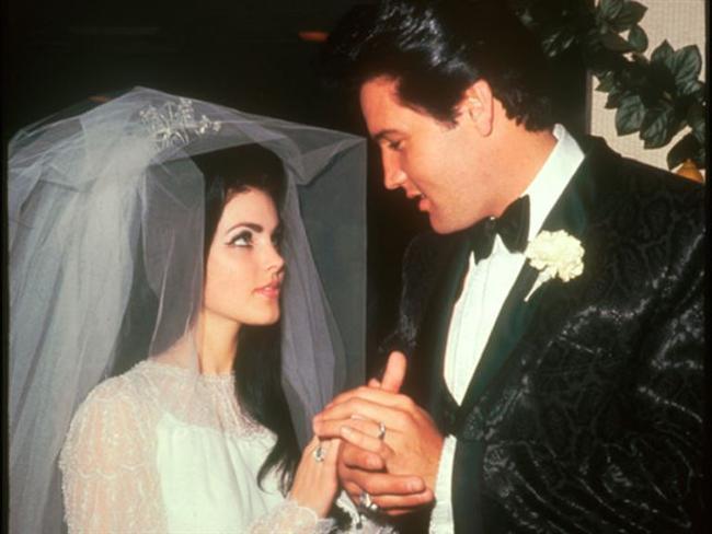 ELVIS PRESLEY (PRISCILLA PRESLEY)  Elvis Presley, Almanya'da askerlik yaptığı sırada bir yüzbaşının kızı olan Priscilla Beaulieu'nun büyüsüne kapıldı. Elvis Presley, Beaulieu ile 1 Mayıs 1967'de Las Vegas'da bir otelde hazırlıksız ve ani bir törenle evlendi. Çiftin 1 kızı var.