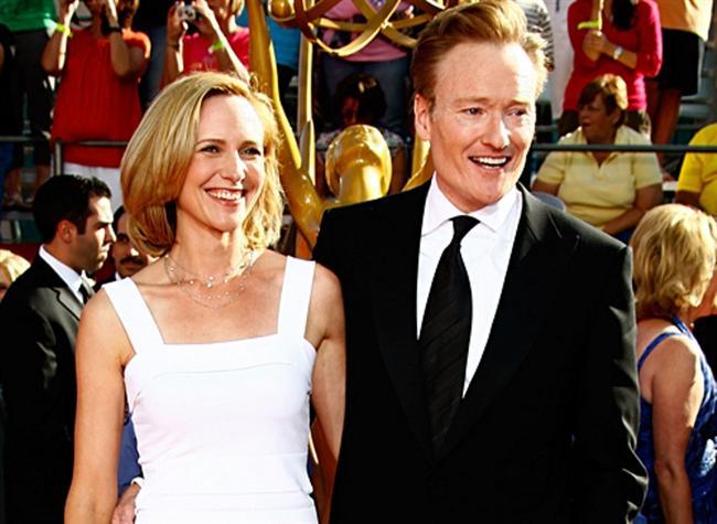 CONAN O'BRIEN (ELIZABETH ANN POWEL)  Liza Powel, ünlü televizyon programcısı Conan O'Brien'in programlarına gidiyor ve onu çok beğeniyordu. O'Brien de onca insan arasında Powel'i görmüş ve ona aşık olmuştur. Çift, 2002 yılından beri evliliklerini sürdürüyor.