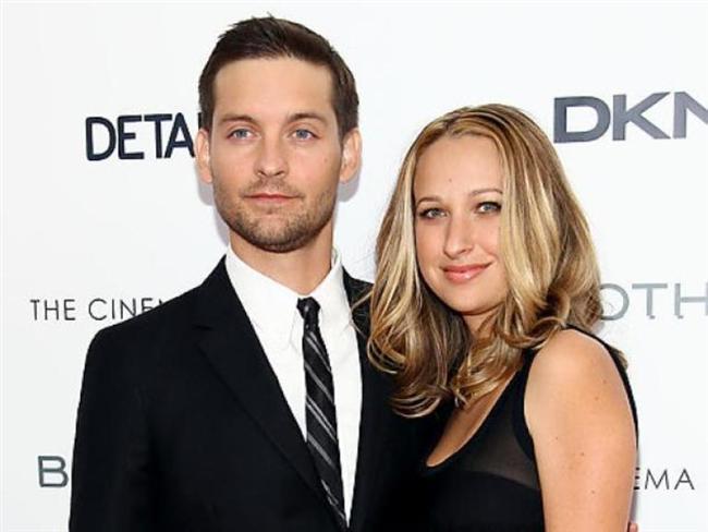 TOBEY MAGUIRE (JENNIFER MEYER)  Ünlü aktör Tobey Maqurie, mücevher tasarımcısı olan eşi Jennifer Meyer ile bir film setinde tanışmışlardı. 2003 yılında tanışan bu güzel çift, üç yıl sonra nişanlanıp evliliklerini bu zamana kadar sürdürmeyi başarmışlardır.