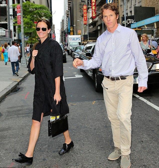 JULIA ROBERTS (DANIEL MODER)  The Mexican filmine Brad Pitt ile başrollük yapan Julia Roberts, eşi Daniel Moder ile bu filmin setinde tanıştı. Moder da birçok insan gibi büyük bir üne sahip olan Roberts'a hayrandı. Çift şu an üç çocuk sahibi ve birlikte mutlu bir ilişkiye sahip...