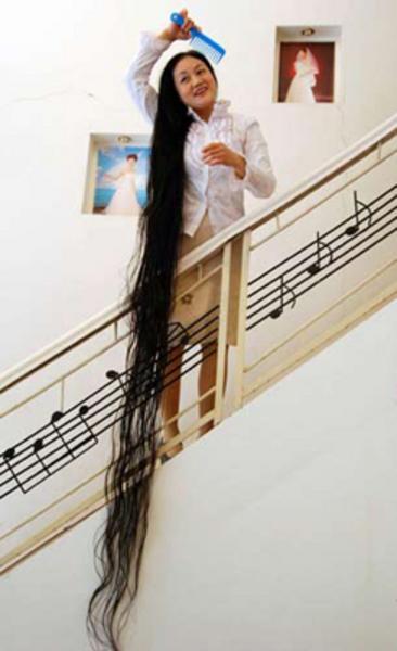 Çin'in Guangxi Province eyaletindeki Xie Qiping'in saçları 8 Mayıs 2004 tarihinde 5.627 metre uzunluğundaydı.