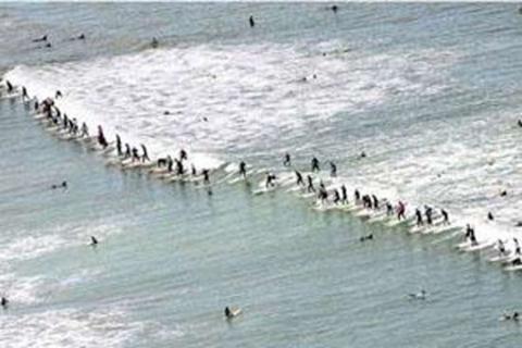 Güney Afrika'da 73 sörfçü aynı dalga üzerinde sörf yaparak ilginç bir dünya rekoruna imza attılar.