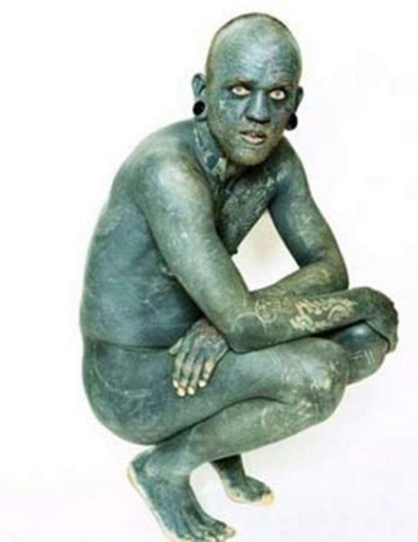 Lucky Diamond Rich hayatının 1000 saatini dövme yaptırarak geçirdi. Diamond'un göz kapakları, ayak parmakları arasındaki deri hatta diş etleri de dahil olmak üzere tüm vücudu dövmeyle kaplı.