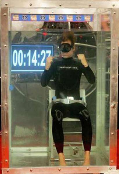 25 Ocak 2006'da Tom Sietas, suyun 3.05 metre altında nefesini tam 14 dakika 12 saniye tuttu.