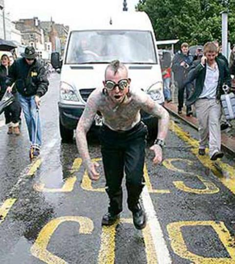Sırt derisine takılan 2 çengel ile Hannibal Helmurto, 24 Ekim 2004'te Londra Croydon'da 4 tonluk bir kamyoneti 91.4 metre çekti