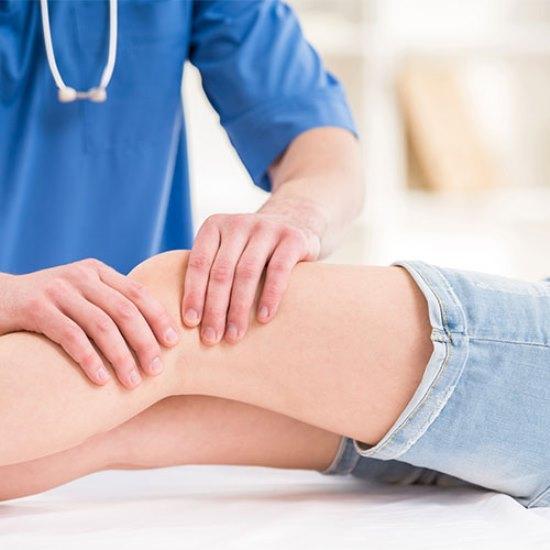 Skleroterapi tedavisinde hastalıklı damarın içine çok ince bir iğne ile girilerek az miktarda damar kurutucu ilaç veriliyor. Kullanılan ilaçlar genellikle yüksek konsantrasyonlu tuzlardan oluştuğu için bu çözeltiler hasta damarın iç yüzeyini bozarak kapanmasına neden oluyor. Böylece varisli damar yok edilmiş oluyor.