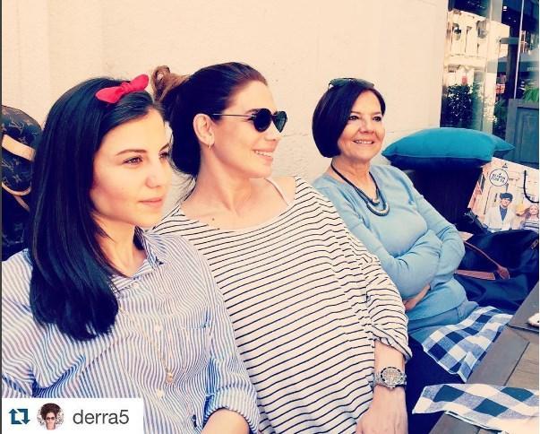 Zeynep Beşerler  @derra5 with@repostapp Anne ve kizlari💕#annelergünü #annelervekızları #mom💞Butun annelerin ve anne adaylarinin anneler gunu kutlu olsun 🌟🌟🌟❤️😊