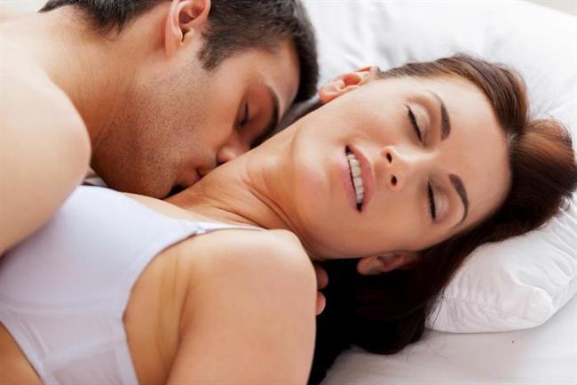 Kadınlar fantezilerinde daha çok seks öncesindeki duygusal ve romantik anları canlandırırlar; cinsel organlara ve bedensel imajlara daha az yer verirler ve sadece fantezi kurarak manevi tatmin yaşayabilirler. Erkeklerin fantezileri ise çoğunlukla cinsel ilişkinin kendisiyle ilgilidir; cinsel organlar ve bedensel imajlar ön plandadır. Erkeklerin penislerine dokunmadan sadece fantezi kurarak cinsel boşalma yaşamaları daha zordur. Kadınlar için fantezi bir tür ön sevişme gibidir. Fanteziler cinsel uyarılmayı sağlayarak ve cinsel isteği artırarak boşalma ve orgazmı kolaylaştırır. Cinsel fanteziler hayal gücüyle sınırlıdır… Söz konusu kadınlar olduğunda, hayal gücünün sınır tanımadığını gösteren cinsel fanteziler sayısızdır. Kadınlar arasında en çok düşlenen 10 cinsel fantezi şunlardır: