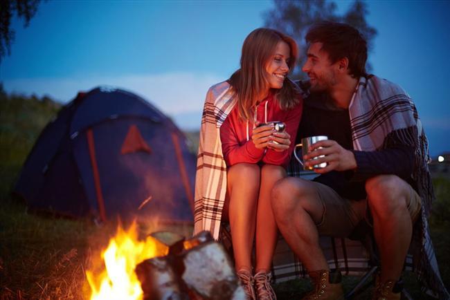 Kamp yapın  Partnerinizle doğada baş başa geçireceğiniz bir gece tahmin ettiğinizden çok daha romantik olabilir. Uyku tulumlarınızı alıp kendinizi bir kamp alanına atın ve tüm günü doğa yürüyüşüyle geçirdikten sonra, geceyi çadırınızda baş başa geçirin. Şehrin tüm gürültüsünden ve stresinden uzakken birbirinize vakit ayırmanız, ilişkiniz için iyi olabilir. Hatta mümkünse telefonlarınızı da elinizden bırakıp, bu geceyi birbirinize yakınlaşmak için bir fırsat olarak değerlendirin.