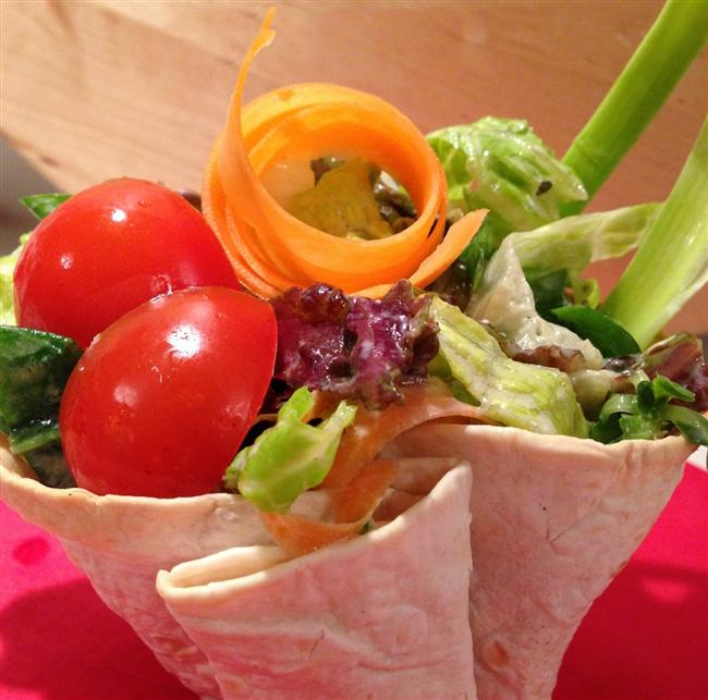 * Salatanızı tabakta yemekten sıkıldınız mı? Tam buğdaydan bir pideye limonlu salatanızı sararak dürüm yapıp yiyin.  * Dışarıda yemek eğlenceli olabilir, garsona ekmeği, karışık atıştırmalıkları, cips ve sosları getirmemesini söyleyin.