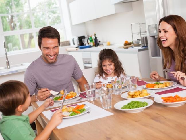 * Yemek yerken sohbet etmeye özen gösterin, böylelikle tüm yemeği aceleyle mideye indirmeden evvel, doyduğunuzun farkına varabilirsiniz.  * Öğle ve akşam yemeklerinden önce, canlı bir yürüyüş yapın; hareket edin. Hem biraz egzersiz yapmış olursunuz, hem de hareket ettikten sonra sağlıksız bir yemek seçimi yapma olasılığınız daha düşük olur.