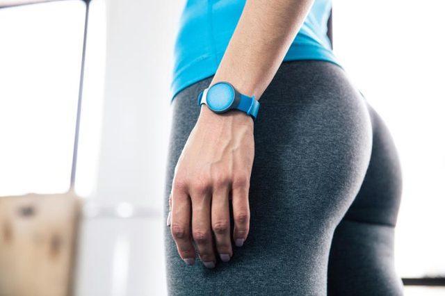 * Bir adımölçerle günde kaç adım attığınızı hesaplayın. Eğer günde 10 bin adım atmıyorsanız yeterince hareket etmiyorsunuz.  * Düzenli ve kaliteli uyuyun. Uyku eksikliği vücutta açlığı düzenleyen hormon seviyesini oynatacak ve iştahınızın artmasına sebep olacaktır.