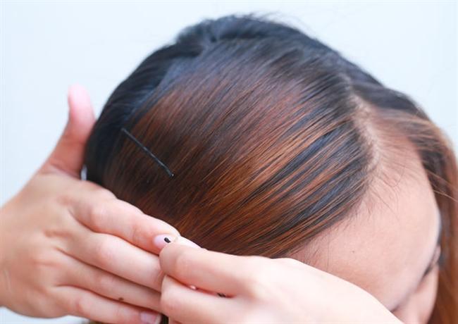 Tamamladığınız saçlarınızla bir gece boyunca tel tokaları yerinden oynatmadan yatarsanız, saç düzleştirme işlemini gerçekleştirmiş olursunuz ve doğal saçlar elde edersiniz.  Ertesi sabah da aynı naziklikle tokaları yavaşça çıkartın ve çıkardıktan sonra tekrar bakım yağınızı sürerek bir kez düz tarakla(fırçalı tarak kullanmayın) tarayın.