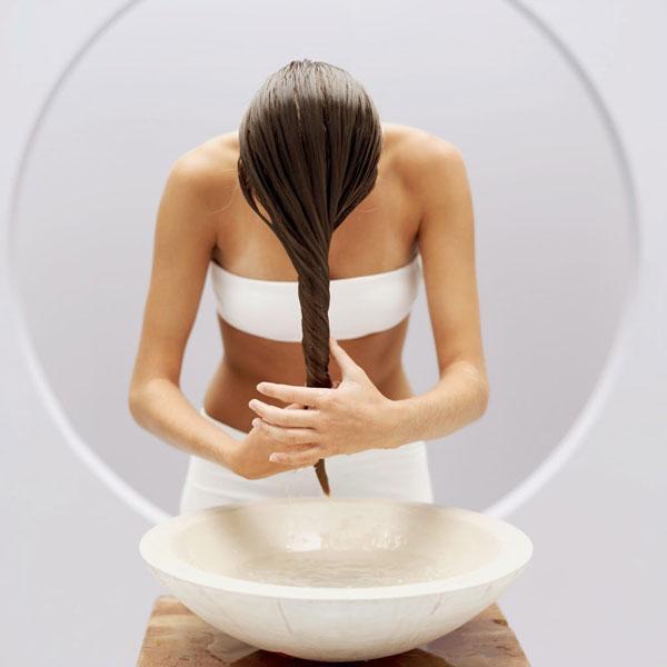 Biraz da olsa suyunu akıtmak için bez sıkar gibi saçlarınızı sıkın ve fazla olan suyu akıtın. Yalnız havlu kullanırsanız, saçlarınızın olduğundan daha fazla kabarmasına ve elektriklenmesine neden olabilir.