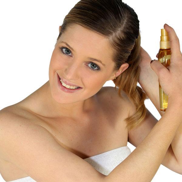 Bir miktar krem sürdükten sonra, saç spreyiniz veya saç bakım yağınız varsa ondan da yeterince kullanınız.