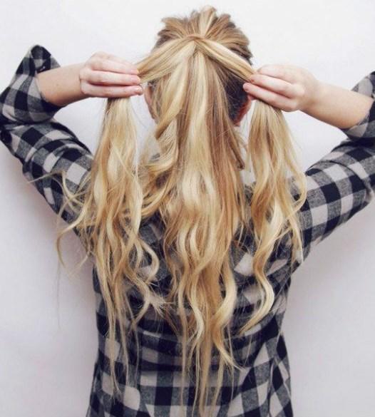 Bu işlemden sonra saçlarınızı kalınlığına göre dörde veya altıya ayırın. Bir tutamını ayırdıktan sonra diğerlerini ayrı bir şekilde tel tokalarla tutturun.