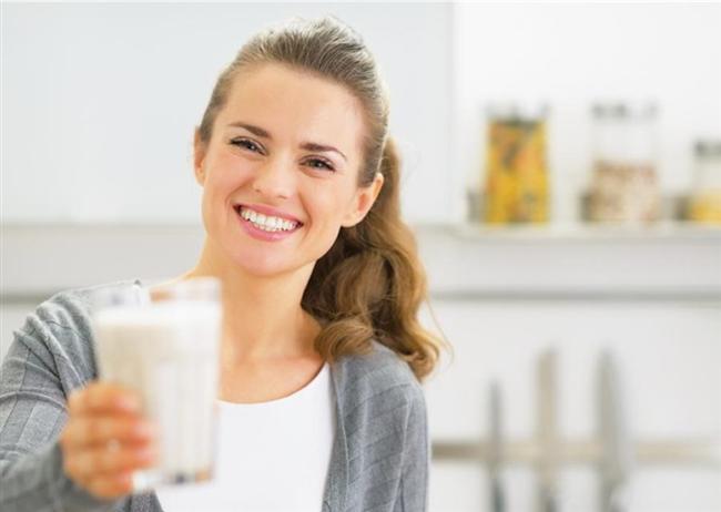Gün içinde yaşanan bu ani dalgalanmalar vücut insülinlerini de etkilediği için belli bir süre sonra kilo artışına, karın ve kollarda yağlanmaya yol açıyor. Bugüne dek toplumda kilo vermek için sebze tüketmek algısı bulunuyordu. Hatta tek kuralın bu olduğu düşünülüyordu.  Oysa ki proteinin eksik olduğu beslenme şekillerihem kilo vermeyi zorlaştırıyor hem de ilerleyen dönemlerde kas kayıpları, vitamin-mineral kayıpları gibi sorunlara yol açabiliyor. Bu nedenle protein mutlaka günlük beslenmemizde yer tutmalı. Kalsiyumun yağ attırıcı bir etkisi var. Özellikle bağırsaklardan yağların emilmeden atılmasını sağlıyor.