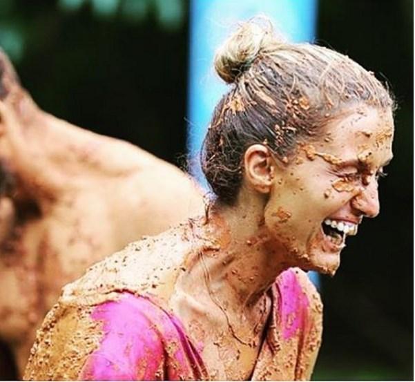 Tuğba Özay  Her zaman derim başka türlü çamurlara bulanmayalım .. Bulandığımız tek çamur çocuklar gibi şen olduğumuz çamurlu oyunlar olsun 😉