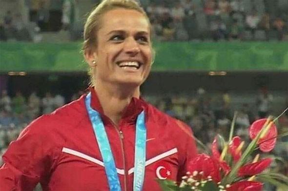 NAGİHAN KARADERE KİMDİR?  Fenerbahçe alt yapısında yetişen ve sürat koşuları branşında birçok müsabakaya katılan milli atlet Nagihan karadere, 1984 yılında doğdu.