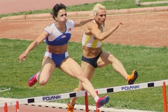 Karadere, 13-14 Eylül 2003 tarihlerinde Köstence'de düzenlenen Balkan Gençler Atletizm Şampiyonası'nda 400 metre branşında altın madalya kazandı. Aynı şampiyonada 4x 400m bayrak yarışında gümüş madalya 4x100m bayrak yarışında bronz madalya kazandı.