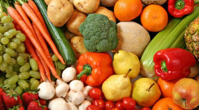 Sebze ve meyvelerle beslenin   Sebze ve meyvelerin çoğu sudan oluşuyor ve düşük kalorililer, bu da demek oluyor ki bir yiyecekten gram başına ne kadar az kalori alınırsa o kadar çok yenilebilir ve kilo almaya neden olmaz. Araştırmalar gösteriyor ki düzenli sebze ve meyve yiyen insanlar kilo almaya daha az meyilliler.