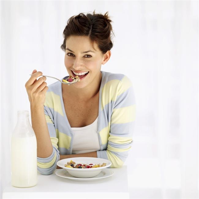 Yavaş çiğneyin   Yeterince yemek yiyip hala aç hissettiğiniz zamanlar oldu mu? Bunun sebebi beyne tokluk sinyallerinin daha sonra gitmesi. Çok hızlı yemek yenildiğinde bu sinyal daha geç gidiyor ve fazladan yemeğe devam ediyoruz. Yemekleri yavaş yavaş ve lokmaları uzun süre çiğneyerek yemek daha az yemeğe, daha az kalori almaya ve dolayısıyla kilo vermeye yardımcı oluyor.