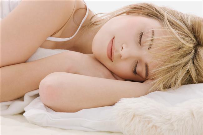 İyi uyuyun   Az uyumanın yeterli olduğunu düşünenlerdenseniz yanılıyorsunuz çünkü az uyumak kilo almadaki en önemli faktörlerden biri. İyi ve yeterli bir gece uykusu sağlığınız için oldukça önemli. Ayrıca az  uyumak çocuklarda yüzde 89, yetişkinlerde ise yüzde 55 oranında obeziteyle ilişkilendiriliyor.