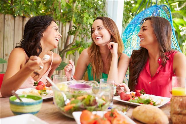 Yemek yemeyi bir bağımlılık haline getirmeyin   Bağımlılık kelimesi kulağa biraz aşırı bir tanımlama gibi duyulsa da sağlığınızı düşünerek bu durumunuzu gözden geçirin. Düşüncenizi sürekli ele geçiren bastırılamayan açlık duygunuz varsa, yemek yemeği doymanın ve keyif almanın ötesinde bir aktivite olarak yapıyorsanız bir yemek bağımlılığı yaşıyor olabilirsiniz. 2014'te yapılan bir araştırmaya göre Amerika'daki insanların yüzde 19.9'u bu ''yemek bağımlılığı'' tanımına uyuyor.
