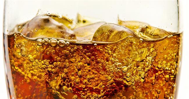 Kalorilerinizi içeceklerden almayın   Şeker ve şekerli gıdalar yemenin sağlık için ne kadar zararlı olduğunu biliyorsak, şekerli içecekler tüketmek ise bundan daha da zararlı. Araştırmalar gösteriyor ki sıvı şeker çok daha fazla kalori içeriyor. Gazlı, şekerli içecekler ve yapay meyve sularından uzak durmak gerekiyor.