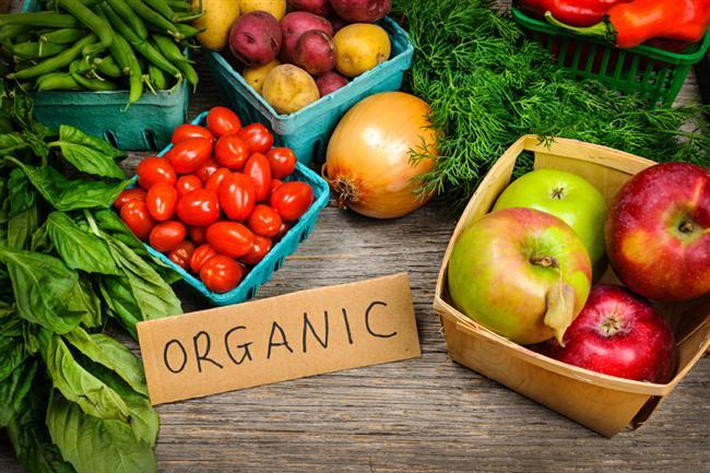 İşlenmemiş gıdalarla beslenin  Diyet ve beslenme programları aslında kısa sürede kilo vermeyi değil, tüm hayat boyu yemek alışkanlıklarınızı değiştirecek şekilde olmalı. Bu şekilde hem daha kalıcı kilo verebilir hem de daha sağlıklı bir yaşam tarzına sahip olabilirsiniz. Mümkün olduğunca işlenmiş gıdalardan uzak durarak, taze ve organik  yiyeceklerle beslenin.