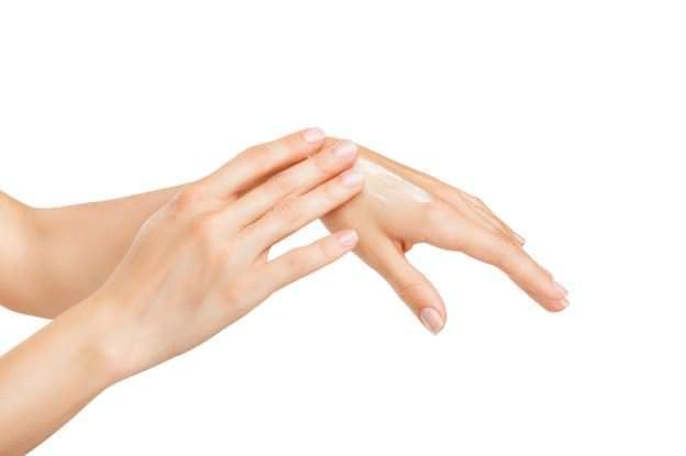 Yine de eğer alerjik bir bünyeniz varsa ve cildiniz çok hassassa, fındık yağını önce el ya da bileğe sürerek, cildinizin bir tepki verip vermediğini ölçebilirsiniz.
