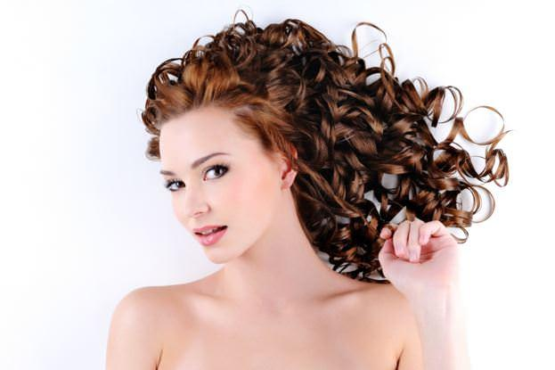Ayrıca fındık yağı kimyasal uygulamalara maruz kalarak hasar görmüş olan saçları nemlendirerek saçların korunmasına yardımcı olur.