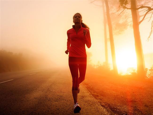 Sabah kahvaltıdan önce yürüyüş yapın  İş kadınıysanız buna pek zamanınız olmayabilir, evet haklısınız. Ama sabah 08:00'da de işe gidiyorsanız, 06:00'da kalkabilir ve bir saatlik yürüyüş yapabilirsiniz. Kahvaltıyı atlamak yerine, evde hazırlayabileceğiniz pratik bir öğün de bu süreçte işinizi çok kolaylaştırabilir. Tabii ki bunlar için erken yatmanız çok önemli. Bu döngüye alıştığınız taktirde çok hızlı bir sonuç alacağınıza emin olun. Bu programla iş yerinizde veriminizin artacağını da göreceksiniz.  Çalışmayan kadınlara gelince, mazeret kabul etmiyoruz. Haftada en az 4 gün yürüyüş yapabilirsiniz.