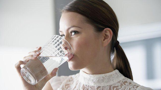 Yemekten önce bir bardak su için  Su içmek zayıflama evresinde gerçekten çok önemli. Eğer yağlarınızdan kurtulmayı kafanıza koyduysanız her fırsatta su için. Ama en önemlisi yemek yemeden önce bir bardak su için. Neden mi? Çünkü su içtiğiniz zaman size biraz da olsa doygunluk hissi verir ve bunun sonucunda da çok yemek yemekten kurtulursunuz. Ayrıca yemekten önce su içmek metabolizmanızı da hızlandırır.