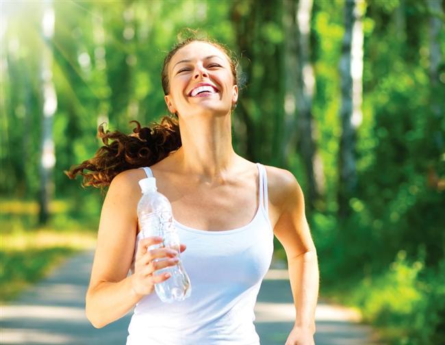 2- Daha çok egzersiz yapın. Yürüyüşlerinize tepeleri ekleyin, adımlarınızı hızlandırın, bisikletin pedallarını daha hızlı çevirin veya günlük yürüyüşlerinize 1 veya 2 dakika koşma periyotları ekleyin. Ne kadar çok egzersiz yaparsanız o kadar çok kalori yakarsınız.