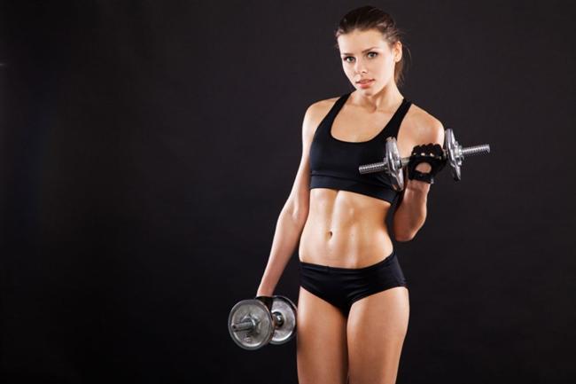 3- Haftalık egzersiz rutininize ağırlık kaldırma antrenmanını ekleyin. Ağırlık kaldırmak, kalorileri yakarken kaslarınızda arttırır. Ne kadar çok kasınız varsa vücudunuz gün boyunca o kadar çok kaloriye ihtiyaç duyar.