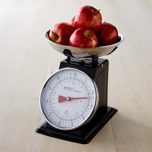 """4- Yiyecek porsiyonlarınızı ölçün. Her gün 200 veya 300 ekstra kalori almanıza neden olan porsiyonlarınızın büyüklüğünü abartmanız ve sadece """"bir ısırık daha"""" diyerek yemeye devam etmeniz çok kolaydır. En iyi sonuca ulaşmak için yemeye başlamadan önce yiyeceklerinizi tartın."""