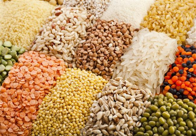 5- Yediğiniz lif miktarını arttırın. Lif bakımından zengin olan yiyecekler daha çabuk doymanızı sağlayacaktır ve böylelikle daha az yemek yemenize neden olacaktır. Meyvelerde, sebzelerde, bütün tahıl ekmeklerinde, gevreklerde ve baklagillerde lif vardır. Her gün 25 veya 35 gram lif yemeyi hedefleyin.
