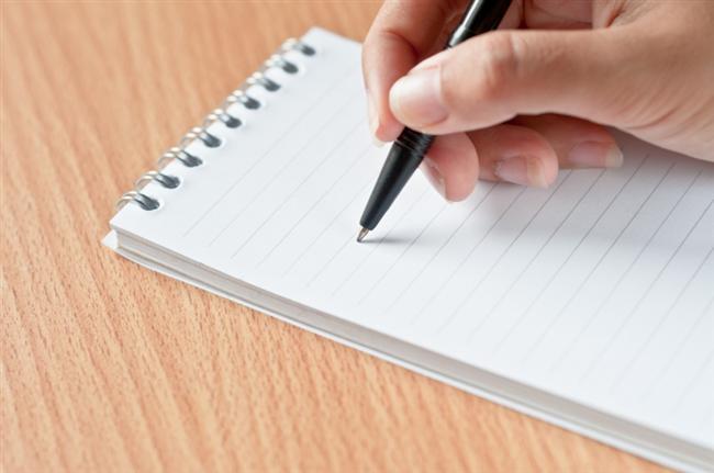 7- Günlük yiyecek kaydı tutun. Gün boyunca yediğiniz ve içtiğiniz her şeyi not edin. Yaptığınız her şeyi siyah-beyaz görebilirseniz hedefinizde ilerlemeniz daha kolay olacaktır. Ayrıca bu yöntem nedeniyle çoğu kişi daha az yemek yer çünkü yedikleri her şeyi yazmak istemezler.