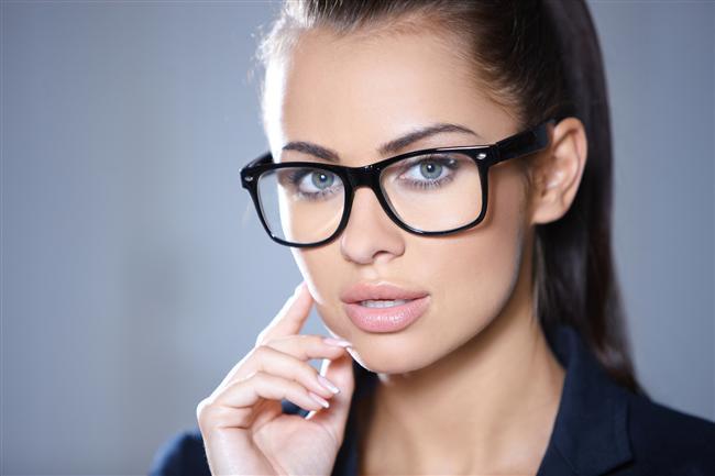 Piyasada satılan hazır numaralı gözlükler ihtiyacı ne denli karşılar?  Kişilerin her iki gözü çoğunlukla aynı kırma kusuruna sahip olmamaktadır, bu da her iki göz için ayrı ayrı kırma kusurlarının saptanıp reçete edilmesini gerektirir. Piyasada satılan gözlüklerde bu tür spesifik bir düzenleme imkanı olamayacağından her iki göz için ancak rastgele ve ortalama bir düzeltme imkanı sağlar. Bu da hastayı yetersiz ya da fazla numaralı bir gözlük kullanımının getirdiği ek problemler ile karşı karşıya getirebilir.
