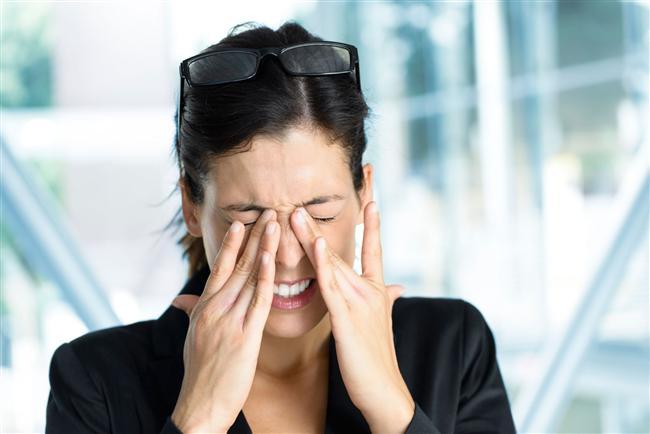 Göz alerjisi neden oluşur?   Bazı kişiler alerjik maddelere karşı daha duyarlıdır, göz alerjileri de bu tarz hassasiyetleri bulunan insanlarda daha sık görülmektedir. Göz alerjileri mevsimsel ve yıl boyu süren alerjiler olmak üzere ikiye ayrılmaktadır.  Mevsimsel alerji diye adlandırdığımız göz alerjisi ilkbahar ve sonbahar aylarında ortaya çıkan polenler ve tozlar nedeniyle oluşmaktadır. Ortaya çıkan başlıca şikayetler; gözde oluşan kızarıklık, yanma ve batma hisleridir.