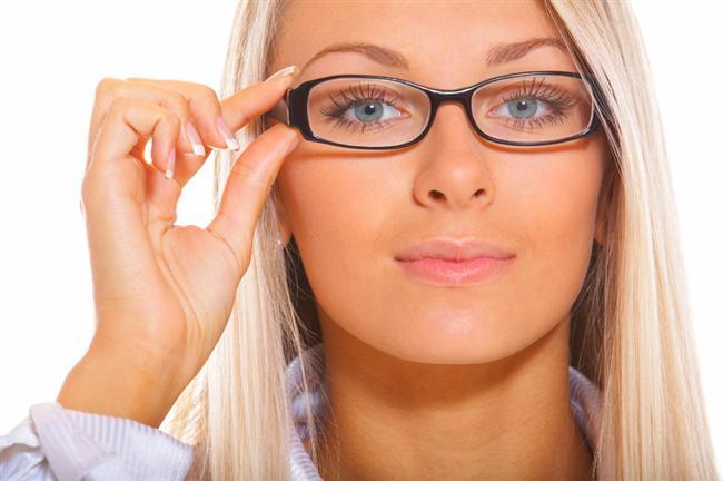 Dinlendirici gözlük nedir?  Bilinenin aksine dinlendirici gözlük diye bir gözlük olmadığı gibi, bu amaçla takılan gözlüklerin herhangi bir tedavi edici veya dinlendirici özellikleri de yoktur. Özetle, kırma kusuru olmayan bir kişinin gözlük takmasının anlamı yoktur.