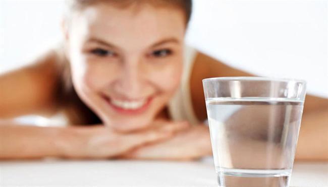 * Düzenli su tüketimi: Kişiye göre değişmekle beraber, günde 8-12 bardak su için. Su içme alışkanlığınız yoksa, gün içinde mutlaka bunu hatırlatıcı önlemler alın. Masanızda her zaman su bulundurun, yatana kadar aralıklı olarak su tüketmeye çalışın. Kendinizi zorlayarak birkaç bardağı birden içmek yerine, yavaş yavaş su içmeye alışmak gibi etkili önlemler de alabilirsiniz. Özellikle egzersiz yaparken ve seyahat sırasında, mutlaka yanınızda su olsun.