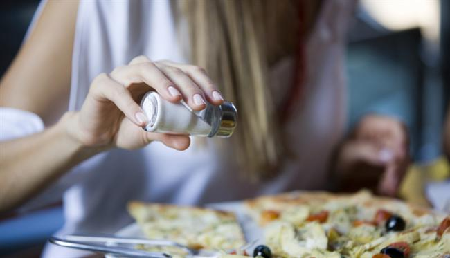 * Tuzu azaltmak: Kişinin herhangi bir sağlık sorunu yoksa, tamamen tuzsuz yemek zorunluluğu da yoktur. Yemekleri az tuzlu tüketmek yeterli olur. Örneğin az tuzlu pişirilmiş sağlıklı bir yemeğe, sofrada ayrıca tuz katmamalısınız. Bazı yiyeceklerin kendi yapısından kaynaklanan görülmeyen tuza da dikkat etmek gerekir. Çok tuzlu peynir ve zeytin çeşitleri tüketmeyin. Orta yağlı peynir alıp, peynir ve zeytini akşamdan suya koyarak tuzunun azalmasını sağlayabilirsiniz. Turşu, konserve, hazır ayran, hazır çorbalar, çeşniler, et ve tavuk suyu tabletleri gibi sodyum içeriği yüksek olan gıdaların da tüketimine çok dikkat etmek gerekir. Soda tüketiminde de aşırıya kaçılmamalıdır.