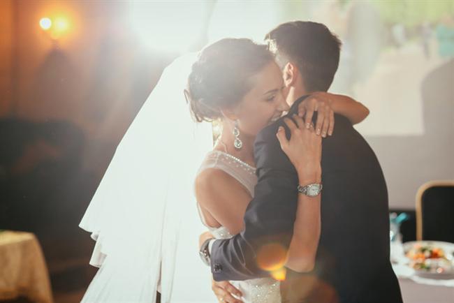 Düğün müziklerinizi seçin  Gece boyunca müzik konusunda aksaklık yaşamamak için bunu da yapılacak işler listenizin ilk sıralarına yazmanız gerekiyor. Özellikle ilk dans ve pasta kesilirken çalacak olan şarkılar hayatınız boyunca unutamayacağınız türden olmalı.